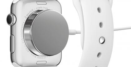Apple Watch ladataan yleensä magneetilla kiinnittyvällä induktiivisella laturilla.