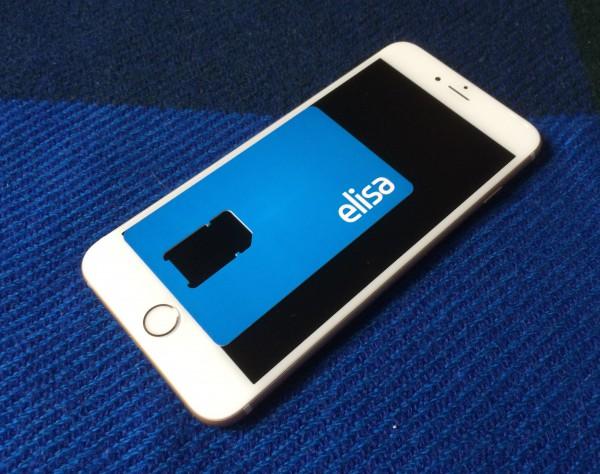 Karkeasti noin nelituumainen täysi SIM-kortti ei peitä iPhone 6 Plussan näytöstä kuin tämän verran