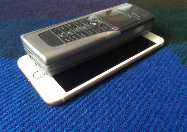 Vanha 9500 Communicator on paksu, iPhone 6 Plus ohut. Aukaistunakin Communicator on vain vähän suurempi alaltaan kuin Plus.