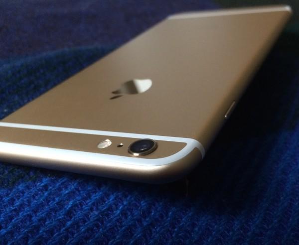 Kamera kohoaa muusta laitteesta niin iPhone 6:ssa kuin Plussassakin. Luulin etukäteen sitä suuremmaksi ongelmaksi kuin se lopulta olikaan - kamerakohoumaa ei käytännössä huomaa juuri mitenkään.