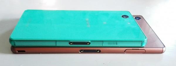 Suojakansilla peitetyt korttipaikat ja microUSB-liitäntä on jaettu laitteiden molemmille sivuille. Sijainnit vaihtelevat kokoerojen vuoksi.