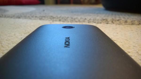 Lumia 530:ssa on viiden megapikselin kiinteätarkeinteinen kamera. Takaosan keskivaiheilla komeilee vielä Nokian logo