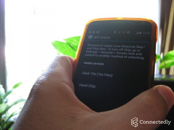 Robert Nelsonin Moto X avautuu NFC-sirun ansiosta käteen poimimalla