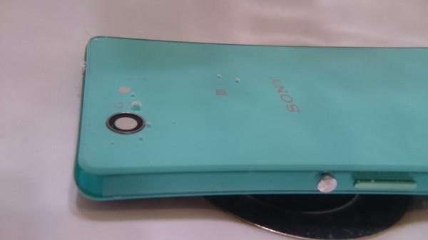 Kuvassa Xperia Z3 Compact veden alla (Xperia Z3)