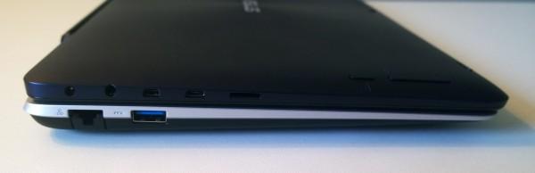 Tabletin vasemmalla sivulla sijaitsevat kaikki laitteen liitännät ja painikkeet. Telakan tältä puolelta taas löytyy USB 3.0 ja verkkoliitäntä.