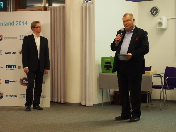 Mobiilin perustaja Kenneth J. Jönsson jakamassa palkintoa ja Mikael Jungner taustalla ihmettelemässä maailman menoa