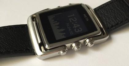 Meta Watch M1 oli testissämme ruostumattoman teräksen ja mustan nahkarannekkeen yhdistelmänä