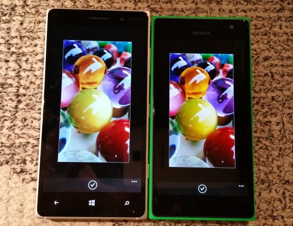 Lumia 735:n AMOLED-näyttö toistaa värit huomattavasti syvemmin kuin Lumia 830:n IPS LCD -näyttö. Lumia 830:n näyttö on kuitenkin tarkemman näköinen, koska Lumia 735:n näytössä on käytetty PenTile -matriisia.