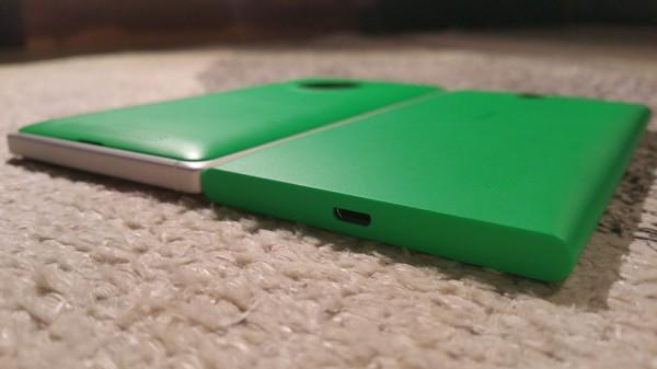 Lumia 735:n alalaidassa sijaitsee microUSB-portti. Lumia 830:n alalaidassa ei taasen ole mitään. Takakannessa näkyy pieni aukko, jonka avulla takakannen irroittaminen on yksinkertaista
