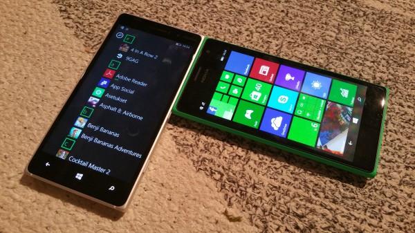 Lumia 830 (vasemmalla) ja Lumia 735 (oikealla)