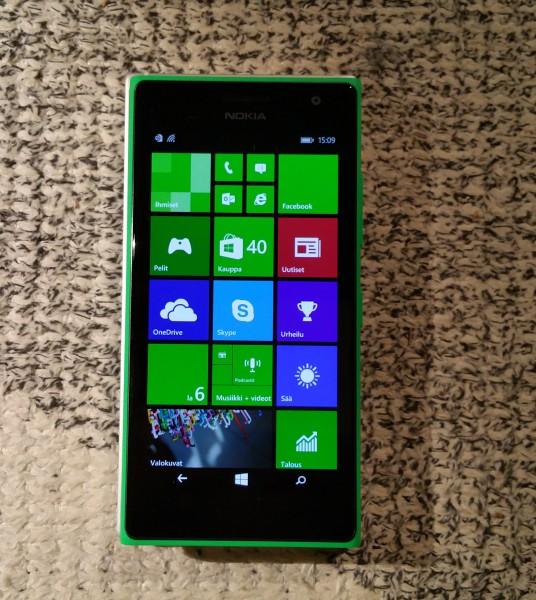 Lumia 830:n ja 735:n kokoero on melko pieni. Kuvassa erottaa juuri ja juuri Lumia 830:n reunat 735:n alta.