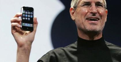 Steve Jobs ja alkuperäinen iPhone vuonna 2007