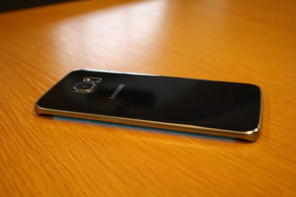 S6 edgen reunanäyttö kertoo värikoodilla, jos yksi viidestä suosikkiyhteystiedosta soittaa tai lähettää viestin.