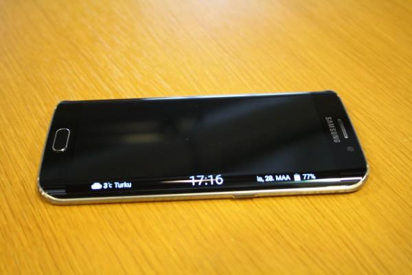 Galaxy S6 edgen reunanäyttö osaa tarjota vähäisiä tiedonrippeitä laitteen ollessa lukittuna.