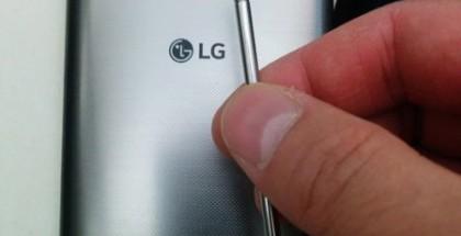 Vuotokuvassa väitetty LG G4 sekä sen stylus.