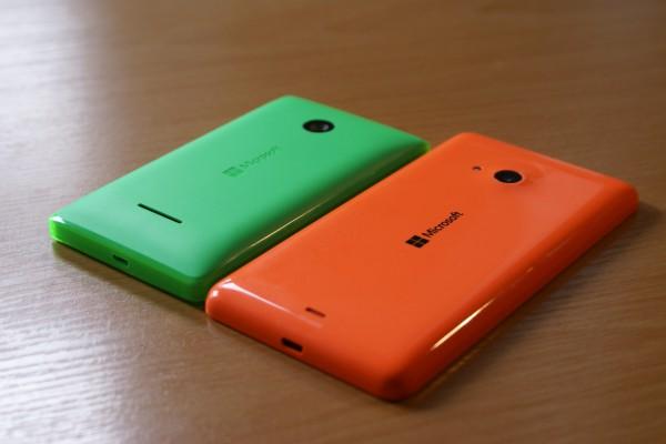 Lumia 535:ssä on käytetty kiiltävää muovia ja Lumia 532:ssa mattapintaista muovia reunaa kiertävää läpinäkyvää kerrosta lukuun ottamatta
