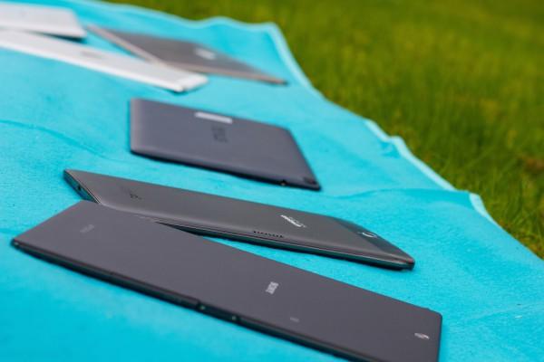 Etualalla Sony, takana Alcatel, Google, Apple ja Samsungin Tab S.