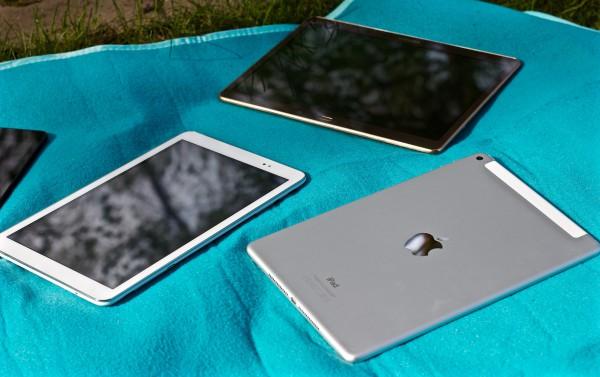 Vasemmalta myötäpäivään Huawei MediaPad T1 10, Samsung Galaxy Tab S 10.5 ja Apple iPad Air 2.
