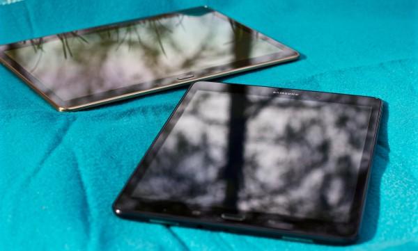 Edessä tuore Samsung Galaxy Tab A 9.7, taustalla saman valmistajan viime kesän huippumalli Galaxy Tab S 10.5.