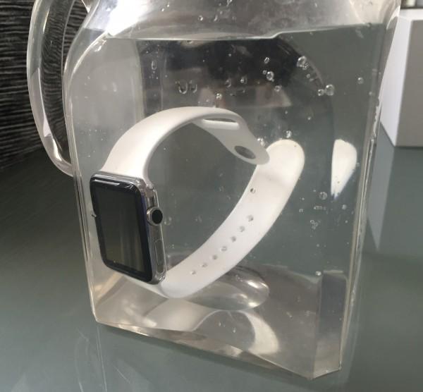 Watch kestää oikeasti veteen upottamisenkin, vaikka Apple ei asialla kersku