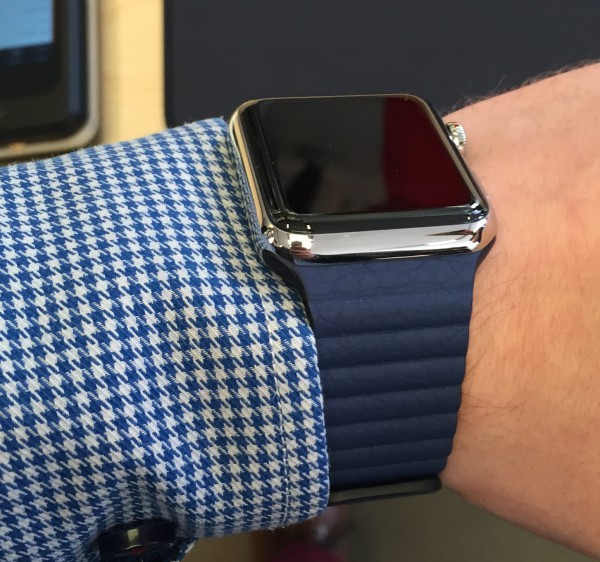 Apple Watch sinisellä nahkarannekkeella (Blue Leather Loop)