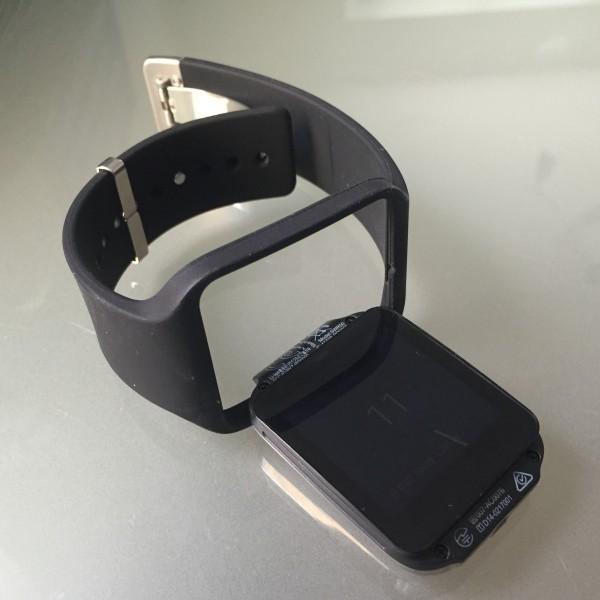 SmartWatch 3:n kello-osa on helppo irroittaa rannekkeesta, mutta pysyy käytössä tukevasti paikallaan.