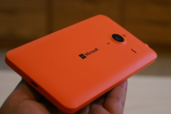 On pitkälti mielipidekysymys, pitääkö räikeistä Lumioista. Lumia 640 XL:n takakuori on kuitenkin allekirjoittaneen mielestä tyylikäs.