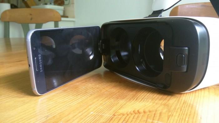 Galaxy S6 tai S6 edge kiinnittyy helposti Gear VR -laseihin.