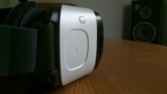 Valikoiden ja sisällön selaaminen onnistuu pään kääntämisen lisäksi kosketuslevyllä. Takaisin-näppäimen avulla voi palata edelliseen tai aloitusnäkymään. Oikealla, mustalla pinnalla näkyy äänenvoimakkuuden säätönäppäimet