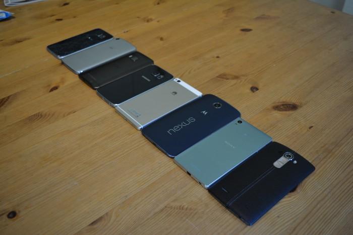 Eri materiaalivalinnat vaikuttavat yleisolemukseen ja käyttökokemukseen yllättävän paljon. Alumiini tai lasi tuntuvat kädessä huomattavasti muovia ylellisemmältä, vaikka lasinen takakuori hajoaa helpommin.