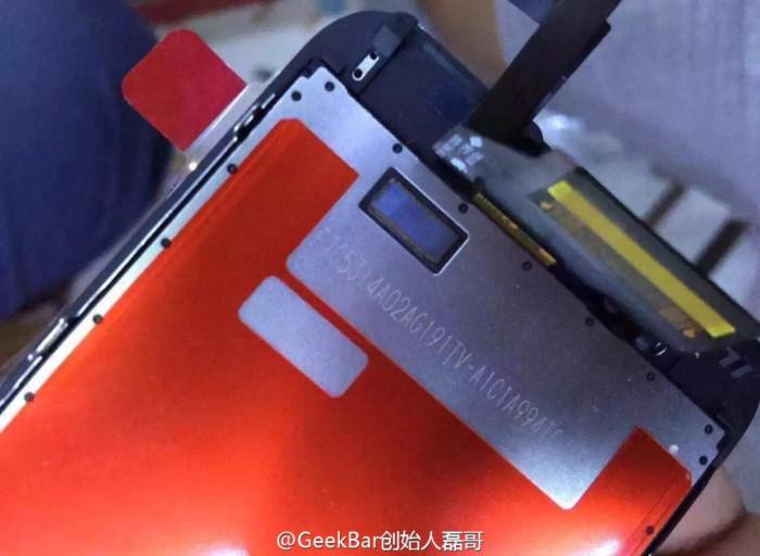 Vuotokuvassa iPhone 6S:n näyttöpaneeli. Erikoinen aukko voisi liittyä Force Touch -ohjaukseen.