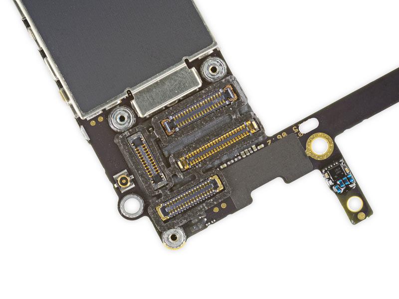 Myös johtosarjojen liittimet iPhone 6s:n emolevyssä on suojattu kosteudelta silikonisuojilla.
