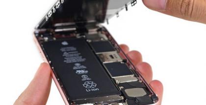 Kurkistus iPhone 6s:n sisään. Kuva: iFixit.