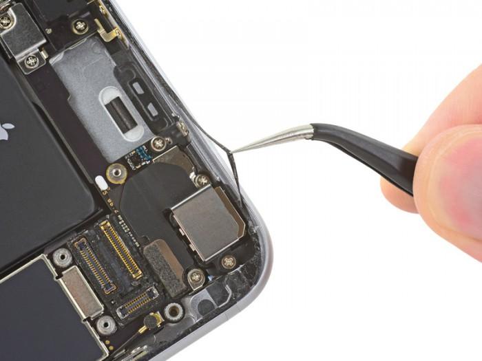 iPhone 6s:n reunusta kiertää liimapintainen tiiviste.