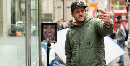Muut jonottajat ovat ottaneet uutta iPhonea jonottavan robotin hyvin vastaan. Kuva: Atomic 212.