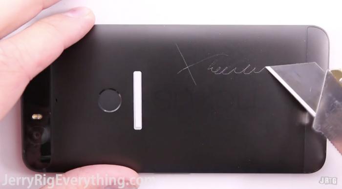 Nexus 6P ja mattoveitsi. Kuvakaappaus YouTubesta.