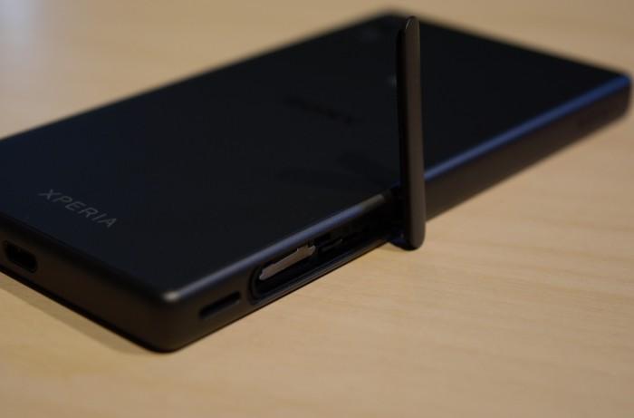 Xperia Z5 Compactin design on varsin yhtenäinen, sillä siinä on ainoastaan yksi luukku SIM- ja microSD-korttia varten