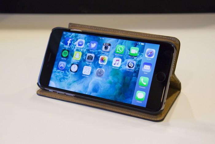 iPhonen Plus-versiossa kotivalikko ja monet sovellukset toimivat vaaka-asennossa tabletin tapaan.