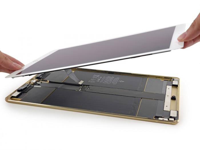 iPad Pron näyttö on kiinni muussa laitteessa keskivaiheilta