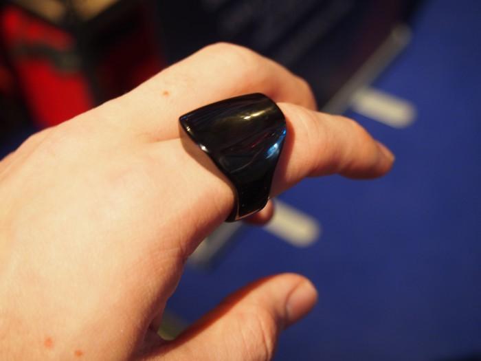 Alkuperäinen ŌURA-sormus oli vielä huomattavasti suurikokoisempi.