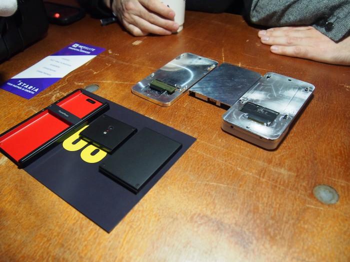 Oikealla jykevä, mutta toimiva PuzzlePhone-prototyyppi. Vasemmalla lopullista muotoilua esittelevä mallikappale.