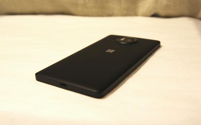 Lumia 950 XL:n muotoilu on koruton. Alaostasta löytyy USB Type-C -liitäntä lataukseen ja tiedonsiirtoon.
