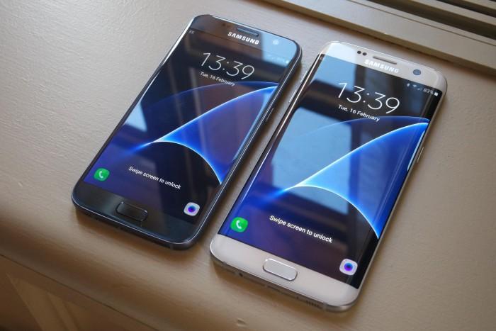 Galaxy S7 (vasemmalla) ja suurempi Galaxy S7 edge