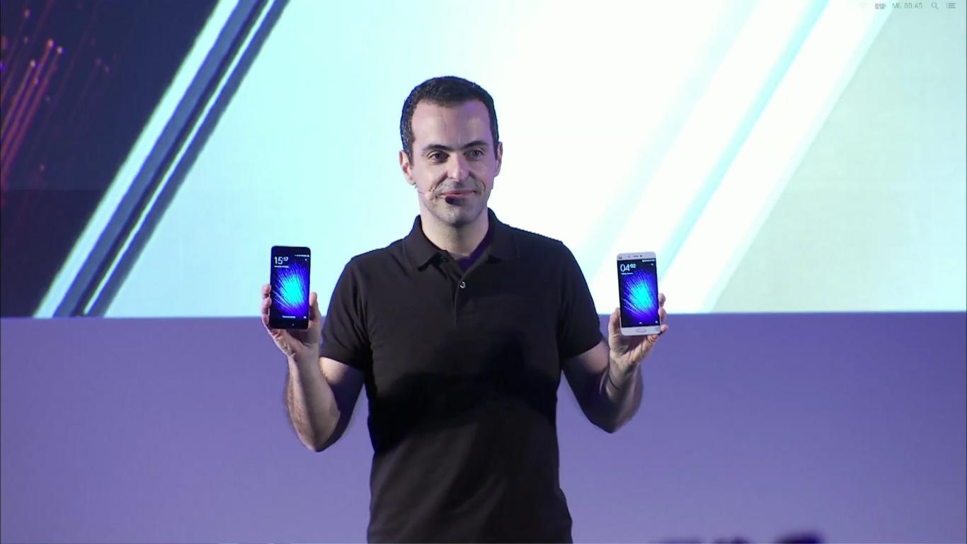 Hugo Barra esittelemässä Xiaomi Mi 5 -älypuhelinta MWC:ssä