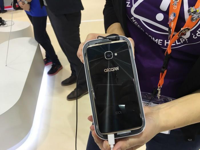 Idol 4 -puhelin VR-silmikon sisällä.