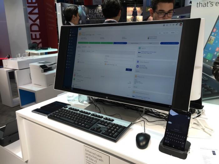 HP esitteli Elite x3:a MWC-messuilla suureen näyttöön kiinnitettynä Desk Dock -telakassa
