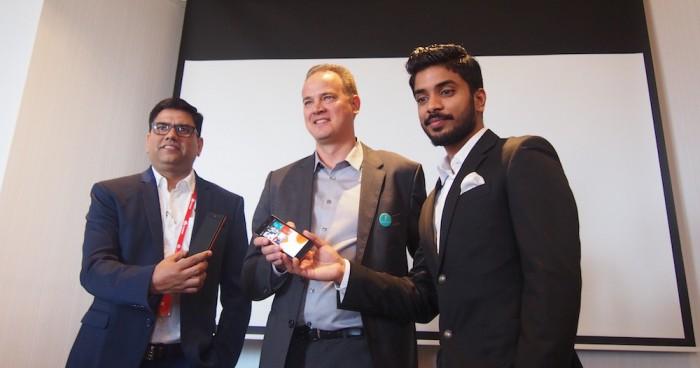 Jollan Antti Saarnio (keskellä) ja Intex-johtajat poseerasivat uuden Aqua Fish -puhelimen kanssa Jollan tilaisuudessa.