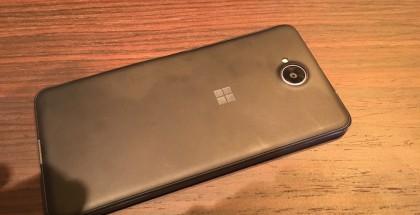 Takaa Lumia 650:stä löytyy vain kamera sekä Windows-logo.