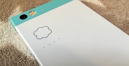 Robinin takaa löytyvän pilven kuvan alapuolelta löytyvät neljä valopistettä vilahtelevat, kun puhelin synkronoituu, arkistoi tai palauttaa tietoa pilvitilastaan