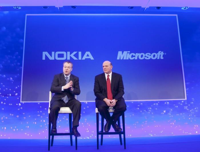 Nokian Stephen Elop ja Microsoftin Steve Ballmer kertomassa Windows Phone -diilistä 11. helmikuuta 2011